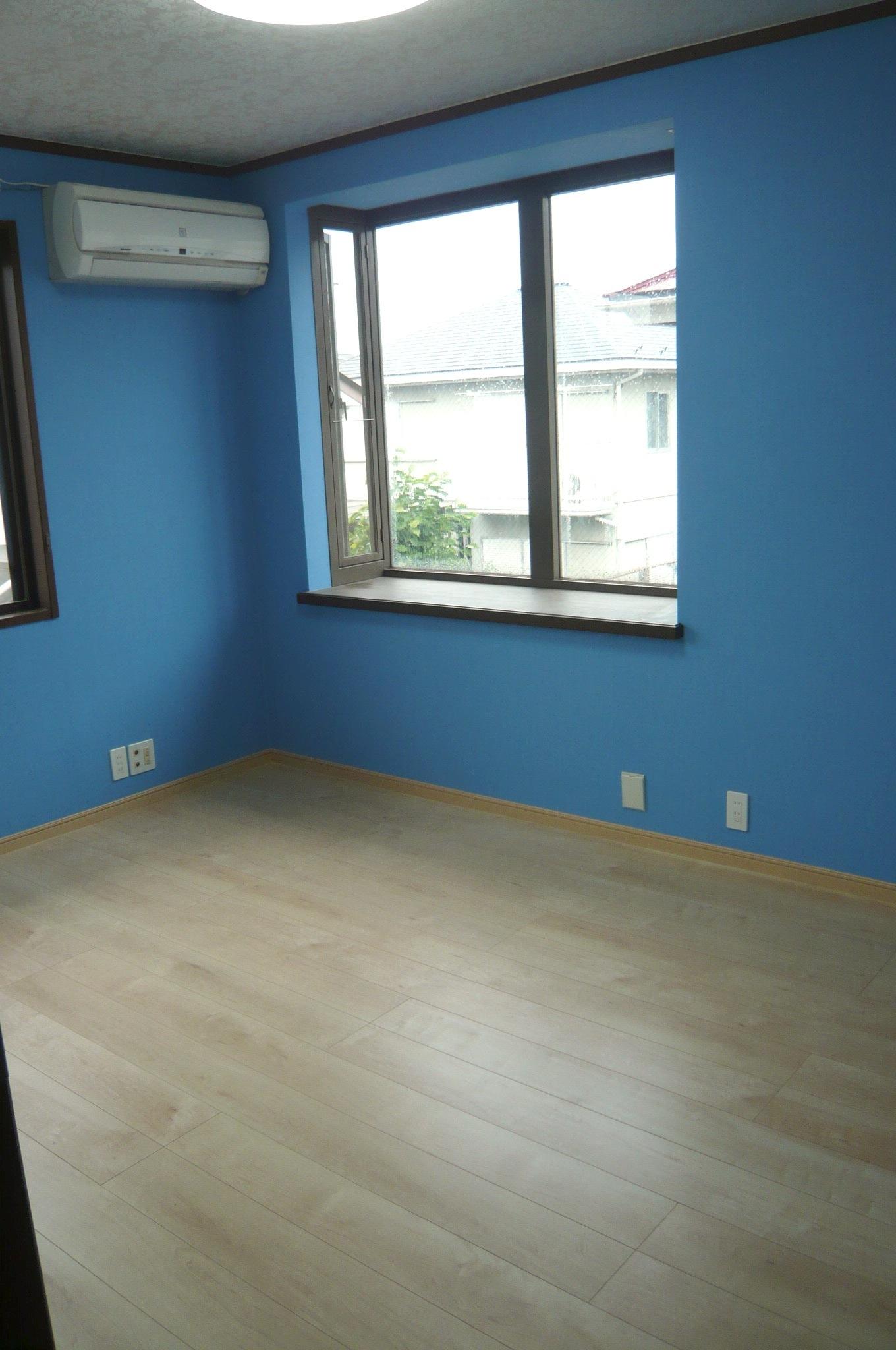天然木風フローリングと青い壁紙クロスでかわいいリフォーム 東京住宅